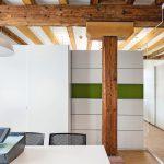 Der Schiebetürenschrank mit horizontal organisierbarer Wandscheibe ist akustisch wirksam. Bild: Feco-Feederle