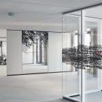 Glastrennwände gliedern das Open-Space-Büro und bilden mit ihren künstlerischen Elementen den Blickfang, die integrierten Absorberelemente sorgen für eine angenehme Raumakustik. Bild: Strähle