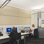 Akustikelemente in Vorwandbauweise, deren Design hier nahtlos an die Gestaltung und Funktionalität der Arbeitsplätze anschließt. Bild: Goldbach Kirchner