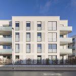 Vierstöckiges, weiß gestrichenes Wohnhaus. Bild: KS-ORIGINAL
