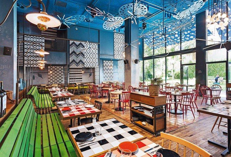 Für die akustische Optimierung der Restaurant-Räumlichkeiten (Bellavista in Barcelona) kamen Holzwolle-Deckenplatten zum Einsatz. Bilder: Knauf AMF