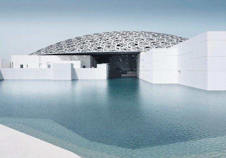 Der Louvre Abu Dhabi von Jean Nouvel. Die flache, lichtdurchlässige Metallkuppel hat einen Durchmesser von mehr als 180m. Bild: Mohamed Somji