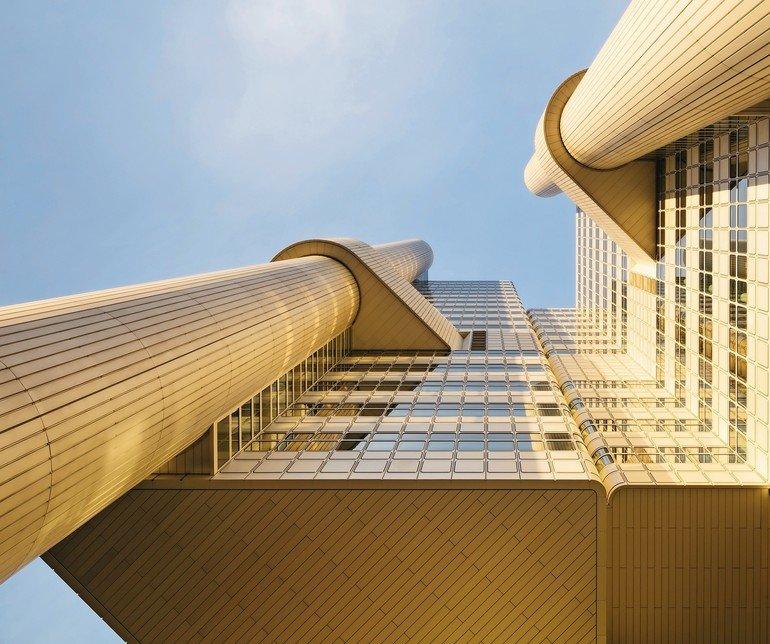 HVB Tower mit extrovertierter Gebäudeform und golden schimmernder Aluminiumfassade. Bilder: HGEsch Photography