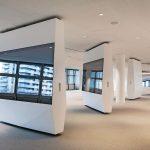 Drehbare Präsentationsbildschirme in einem großen Raum. Bild: HG Esch Photography