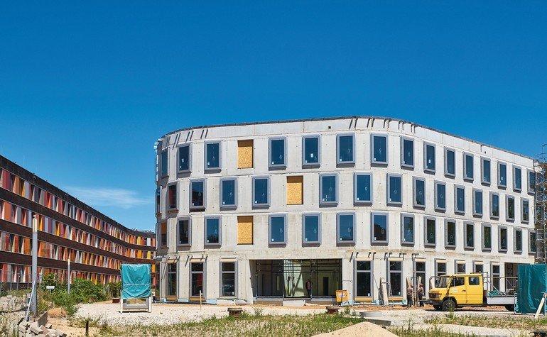 Der Einsatz von Recycling-Beton beim Erweiterungsbau für das Umweltbundesamt in Dessau tritt vor der Montage der Fassade deutlich zu Tage. Bilder: Opterra/Sven-Erik Tornow