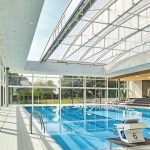 Über das neue 25-Meter-Becken spannt sich ein Cabrio-Dach, das sich bei gutem Wetter auffahren lässt und Schwimmen unter freiem Himmel ermöglicht. Bilder: Schäfer Trennwandsysteme