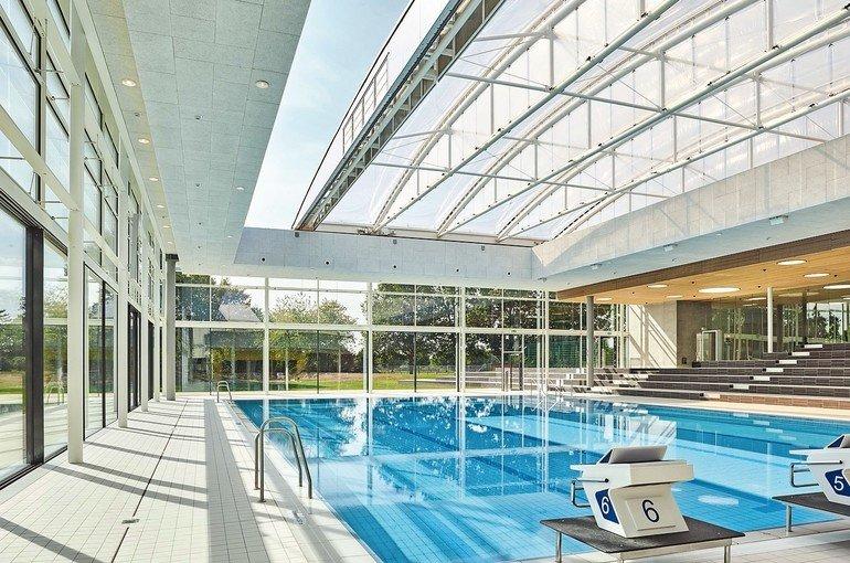 Fächerbad Karlsruhe - Modernisierung: neues Becken mit Cabrio-Dach, neues Trennwandsystem aus Glas, neue Garderobenschränke.