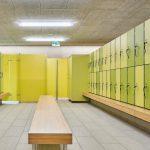 Wertsachen und Kleidung bewahren die Schwimmbadgäste in den Garderobenschränken des Typs GVKF13 mit vorgebauter Sitzbank auf. Bild: Schäfer Trennwandsysteme