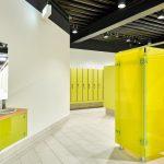 Passend zu den Umkleidekabinen entschied man sich für die Waschtischlösung Vitrum WT. Bild: Schäfer Trennwandsysteme