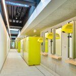 Die Kabinen im warmen Gelbton setzen farbliche Akzente und sorgen für Wohlfühl-Atmosphäre. Bild: Schäfer Trennwandsysteme