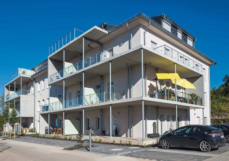 Das alte Kaserenengebäude Châlet Castelnau bietet 26 Wohnungen nach Energiestandard KfW-70 (Stand 2015). Bilder: Schütz GmbH & Co. KGaA / Madjid Asghari