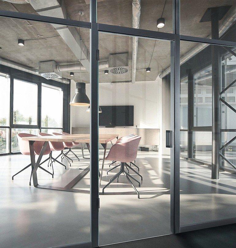 Ganzglastür mit flächenbündigem Einbau und Magnetschließung: Den iF Design Award 2018 erhielt Simonswerk für das Bandsystem Tectus Glas. Bild: Simonswerk