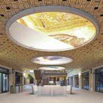 Auch innen sind Wände und Decken mit dem Klinker ausgebildet – insgesamt sehr überzeugend zusammen mit Tageslicht und Begrünung. Bild: Filip Dujardin | Neutelings Riedijk Architects