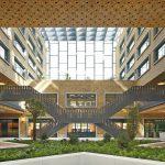 Zentrales Element ist die vom Haupteingang bis zum zweiten Zugang nach Norden quer durchs Gebäude verlaufende Erschließungsachse. Bild: Filip Dujardin | Neutelings Riedijk Architects