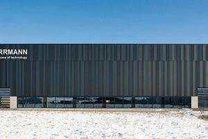 """Eine individuelle Fassadengestaltung ermöglichen die Metall-Fassadenpaneele """"Planum"""" von Domico mit ihren unterschiedlichen Farben und Paneelbreiten."""