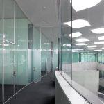 Das Glastrennwandsystem ermöglicht die Umsetzung von offenen und hellen Räumen selbst dort, wo scheinbar kein Platz ist. Bild: Glas Trösch