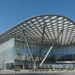 Gebäude mit den Eingangsbereich überspannendem Glasdach. Bild: Ilya Ivanov (photoivanov.com/bw_gallery/home/)