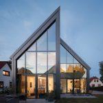 Auffällige Architektur in sonst üblicher Einfamilienhausumgebung: Große Glasflächen sorgen für lichtdurchflutete Räume. Foto: Kingspan GmbH