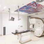 Die Akustik-Deckenplatten mit großflächige Naturaufnahmen direkt über den Bestrahlungsgeräten sollen Patienten dabei helfen, sich während der Strahlentherapie zu entspannen. Bilder: Knauf AMF