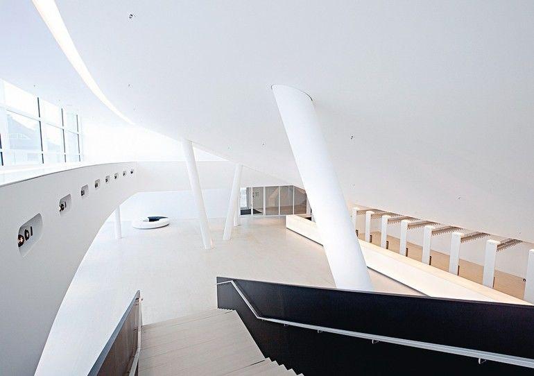 Akustikdeckenplatte: Glatte Glasvlies-Oberfläche ohne sichtbare Nähte. Bild: Knauf/Bildwerk Melle, Klaus Frahm