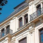 Das historische Gebäude in zentraler Lage wurde originalgetreu saniert. Bild: Kneer-Südfenster