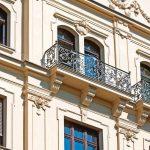 Die reich verzierte Fassade weist in jedem Geschoss unterschiedliche Fensterformen auf. Bild: Kneer-Südfenster