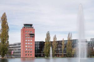 In der neuen Unternehmenszentrale von Brainlab in München sorgen u.a. Trennwände mit individuellem Design für eine inspirierende Arbeitsatmosphäre.