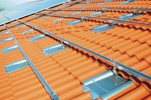 Solarmodul-Träger schützen auf dem Dach vor Ziegelbruch. Bild: Marzari Technik GmbH