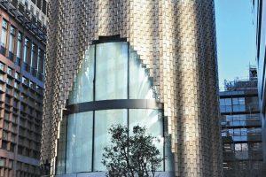Zum Zeitpunkt des Fotografierens noch Baustelle: der Büro-Pavillon 3 Broadgate im Finanzdistrikt City of London. Die neue vorgehängte Aluminiumfassade ist bereits gut zu erkennen. Bilder: Pohl Facade Division