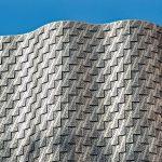 """Inspiriert von der Vergangenheit des Areals als """"Tenter Ground"""" entwickelte das Designteam von Orms die Idee rechteckiger, sich überlappender Kacheln, die sich in Wellenform um das Gebäude wickeln. Bild: Pohl Facade Division"""