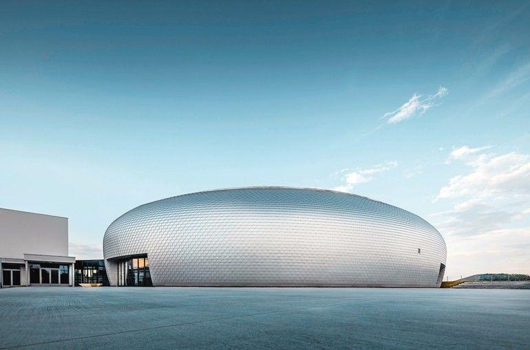 Schindeln aus Aluminium für Dach und Fassade für eine Sporthalle in der Nähe von Prag: Die jungen Architekten assozieren mit ihrem Kuppelentwurf ein UFO. Bild: PREFA | Croce & Wir