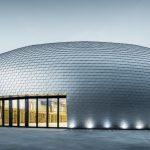 Die perfekte Ellipsenform mit glänzender Metallhaut öffnet sich nur mit einem Einschnitt im Eingangsbereich. Bild: Prefa | Croce & Wir