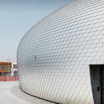 Fast 20000 Wandschindeln wurden auf der gekrümmten Gebäudehülle verlegt: Nur 0,7 mm dickes Aluminium in der Farbe Naturblank. Bild: Prefa | Croce & Wir