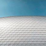 Die nach A1 klassifizierte Wandschindel wiegt 2,5kg/m² und misst 420×240mm in verlegter Fläche . Bild: Prefa | Croce & Wir