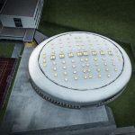Lichtkuppeln bringen tagsüber Tageslicht in die Sporthalle. Nachts strahlt Kunstlicht gen Himmel, so dass der Bau mehr denn je an ein Ufo erinnert. Bild: Prefa | Croce & Wir
