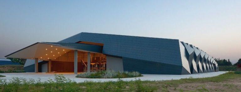 Titanzink für die Fassade einer Weinkellerei assoziiert Felsenformation. Bild: Rheinzink