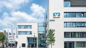 Trittschall-Dämmelemente zur Treppenhausentkopplung: Im neuen Bankgebäude besteht erhöhter Trittschallschutz zu den Büroräumen. Bild: Daniel Vieser. Architekturfotografie, Karlsruhe