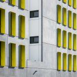 Die gelbgrün eloxierten Fensterlaibungen rhythmisieren das Gebäude. Bild: Schörghuber