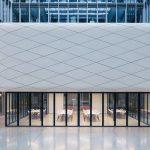 Die Wolke beherbergt im OG Konferenzräume. Im EG wurde das Casino mit einer flexiblen Verglasung ausgestattet. Bild: Solarlux GmbH