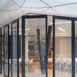 Die Horizontal-Schiebe-Wand lässt sich über Eck verfahren – ohne Bodenschiene. Eingelassene Bodenhülsen arretieren und verriegeln die Glaselemente. Bild: Solarlux GmbH
