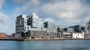 Solarfassade für Copenhagen International School: Containerarchitektur mit PV-Modulen sowie LCD-Monitoren, die den Stromverbrauch für die Schüler zeigen. Bild: Adam Moerk