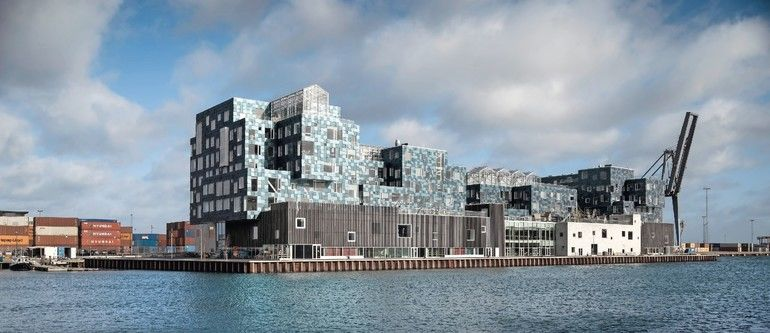 Solarfassade für Copenhagen International School: Containerarchitektur mit PV-Modulen sowie LCD-Monitoren, die den Stromverbrauch für die Schüler zeigen. Bild: Adam Moerk