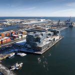 Ungewöhnlich für eine Schule, aber sehr passend für die Lage am Hafen ist die Containerarchitektur. Bild: Adam Moerk