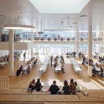 Lernen, Lesen, Essen oder Entspannen - alles ist möglich in der lichten großen Aula mit Bibliothek in der Galerie. Bild: Adam Moerk