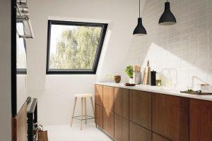 """Das Schwingfenster """"Black"""" setzt mit einem komplett schwarzen Rahmen einen besonderen Akzent in der Raumgestaltung. Bild: Velux"""
