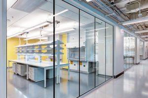 Eine flächenbündige Brandschutzglas-Lösung für Innentrennwände mit integriertem Einbruchschutz hat Vetrotech auf der diesjährigen BAU vorgestellt.