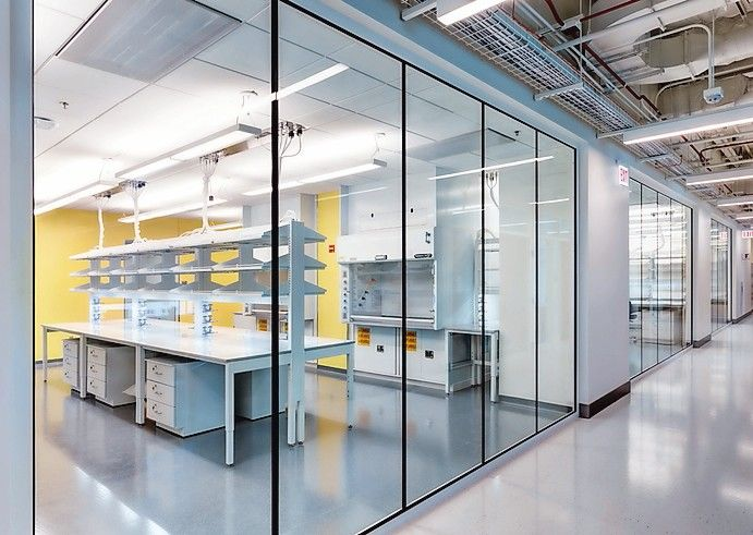 Eine flächenbündige Brandschutzglas-Lösung für Innentrennwände mit integriertem Einbruchschutz hat Vetrotech auf der diesjährigen BAU vorgestellt. Bild: Vetrotech Saint-Gobain / Olaf Pohl