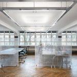 Großzügig und licht wirkt das Großraumbüro, das locker und stilvoll zoniert wird durch transluzente Trennwände. Bild: Nikolay Kazakov, Karlsruhe