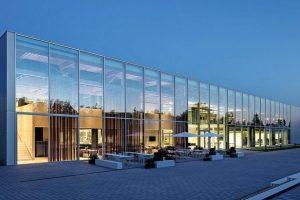 Schalldämmung für Glastrennwände im Hybridgebäude: Transparenz mit Lärmschutz für ein offenes Miteinander in hybrider Produktionsstätte. Bild: HG Esch