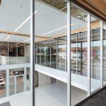 Foyer mit absturzsichernder Verglasung
